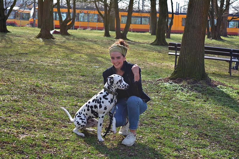 Isabell und ihr Hund im Park