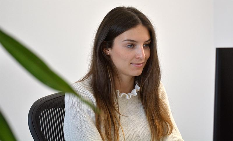 Alina am Schreibtisch