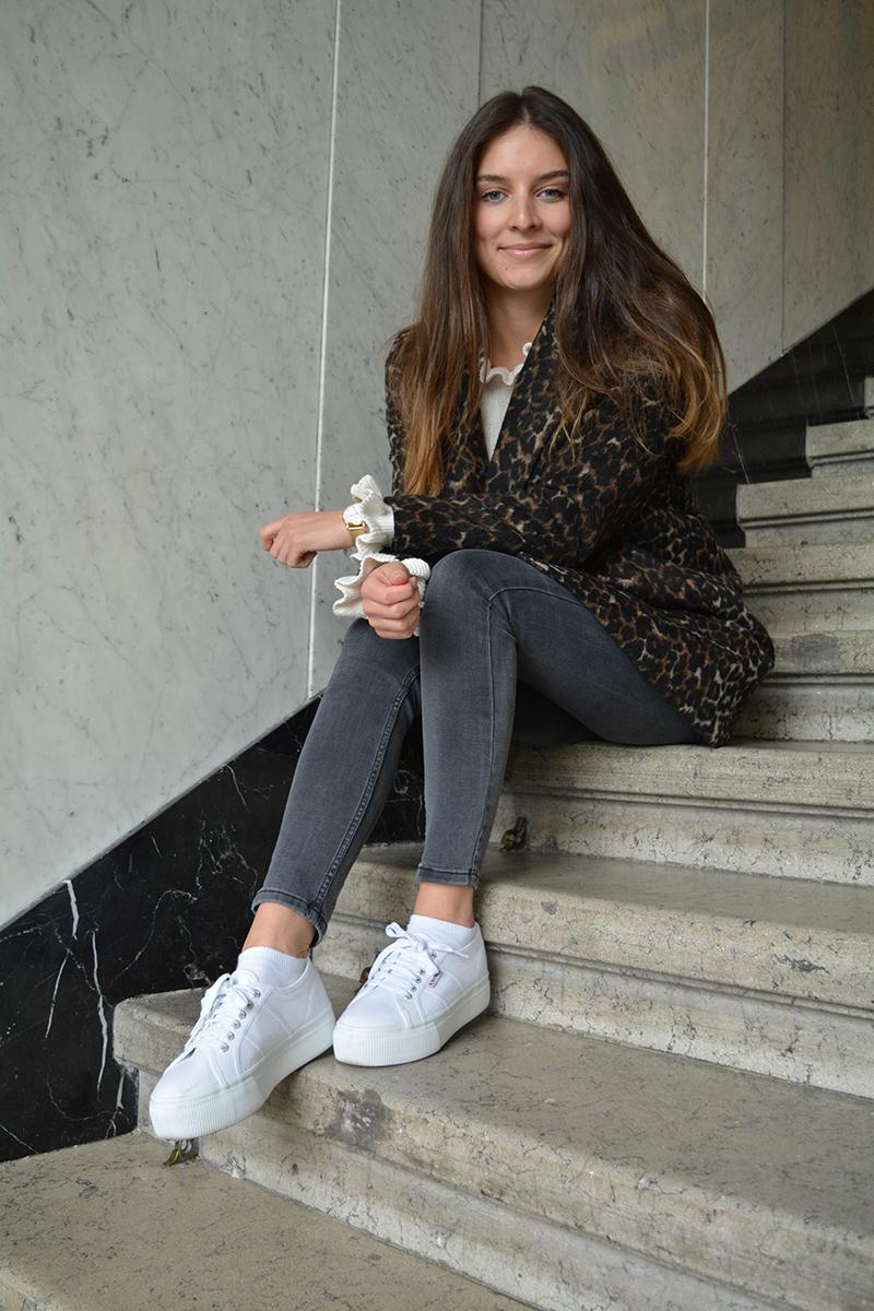Alina auf Treppe